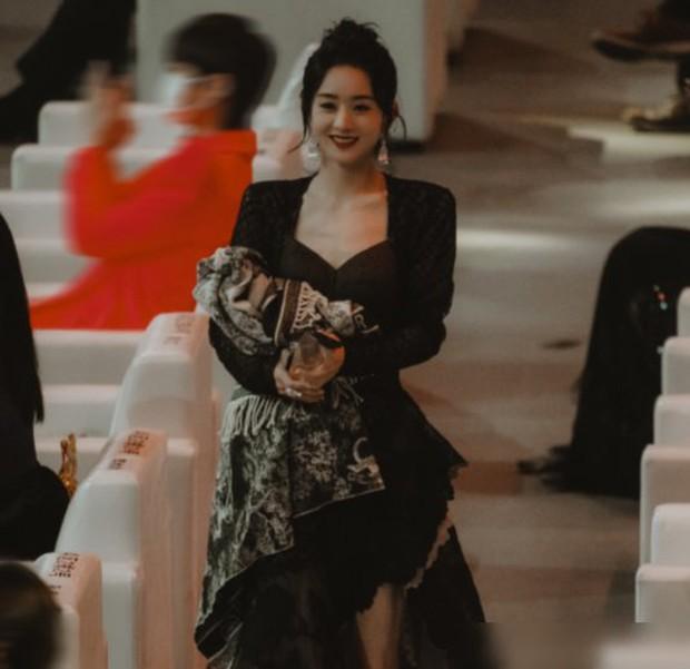 Đụng độ 2 bạn gái cũ của chồng, Triệu Lệ Dĩnh gây tranh cãi vì hành động ẩn ý khi bị cho ra rìa giữa sự kiện - Ảnh 7.