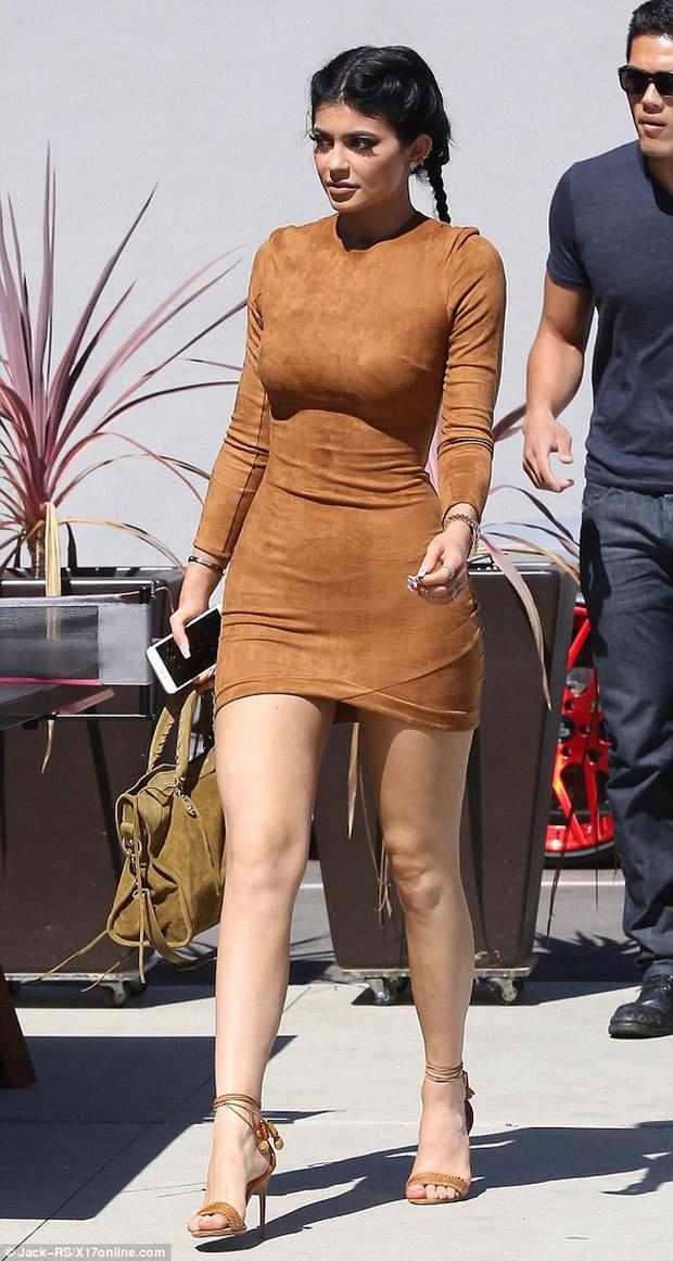 """Kylie Jenner khoe body """"xôi thịt"""", còn vượt mặt cô chị Kim Kardashian về độ khủng: Từ giờ hãy gọi là Kylie """"siêu vòng 3""""! - Ảnh 6."""