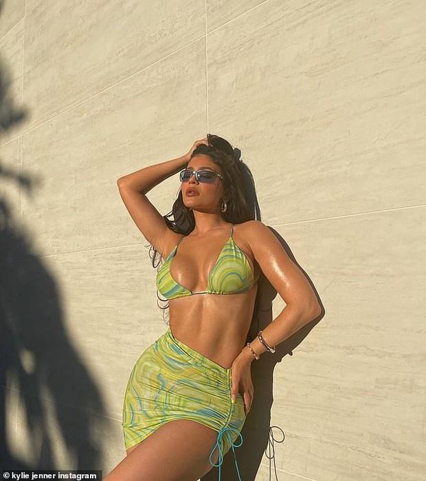 """Kylie Jenner khoe body """"xôi thịt"""", còn vượt mặt cô chị Kim Kardashian về độ khủng: Từ giờ hãy gọi là Kylie """"siêu vòng 3""""! - Ảnh 7."""