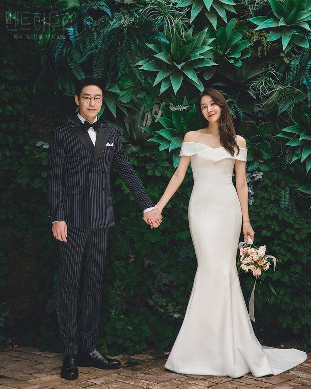 Bộ ba nữ chính Penthouse diện váy cưới: Tiểu tam lồng lộn hết cỡ nhưng có đánh bại được sự tinh tế của bà cả Lee Ji Ah? - Ảnh 1.