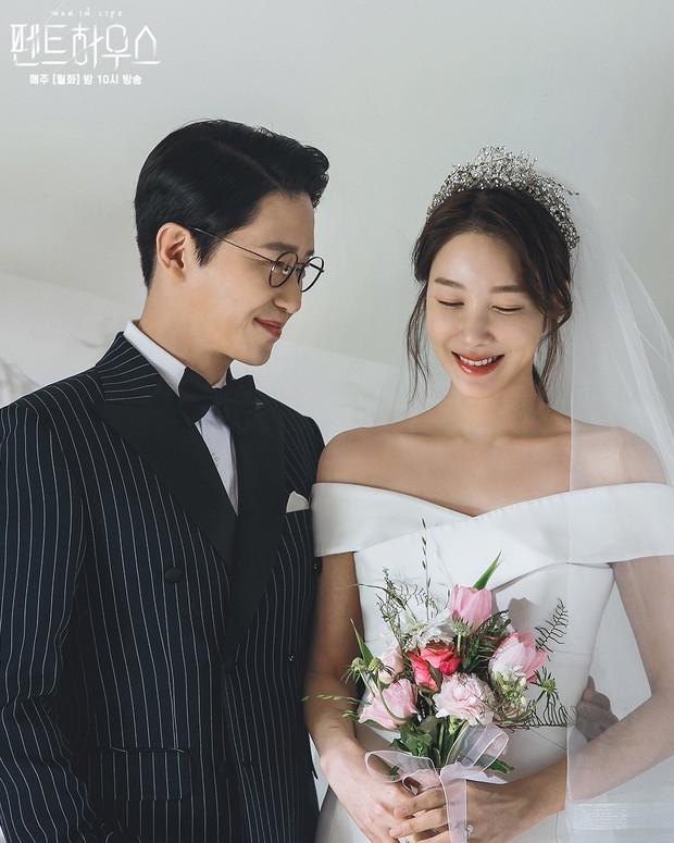 Bộ ba nữ chính Penthouse diện váy cưới: Tiểu tam lồng lộn hết cỡ nhưng có đánh bại được sự tinh tế của bà cả Lee Ji Ah? - Ảnh 3.