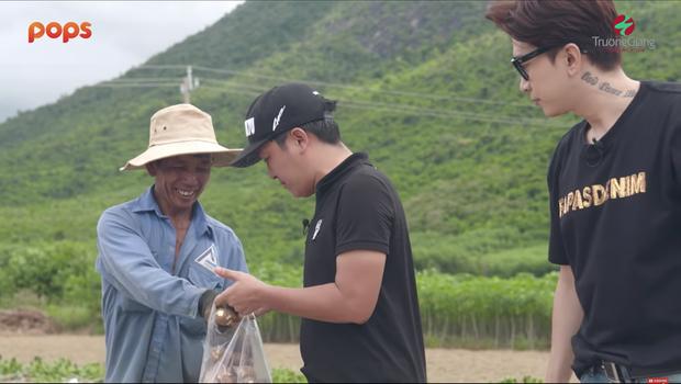 Fan rần rần trước khoảnh khắc Trường Giang và Chi Dân mua 2 tấn khoai mì ủng hộ các cô chú nông dân khi thấy giá bán quá rẻ - Ảnh 2.