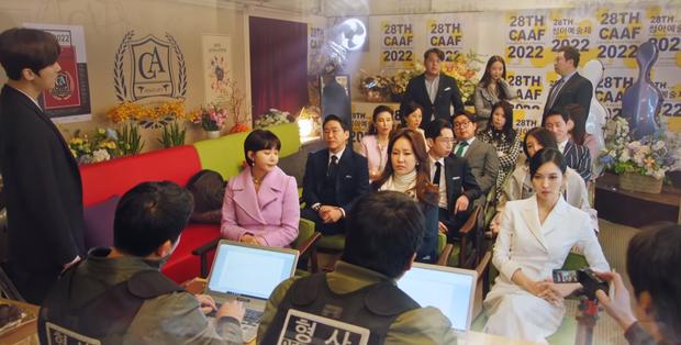 Ro Na chưa rõ sống chết, rich kid Seok Kyung lãnh ngay tội giết người ở preview Penthouse 2 tập 6? - Ảnh 2.