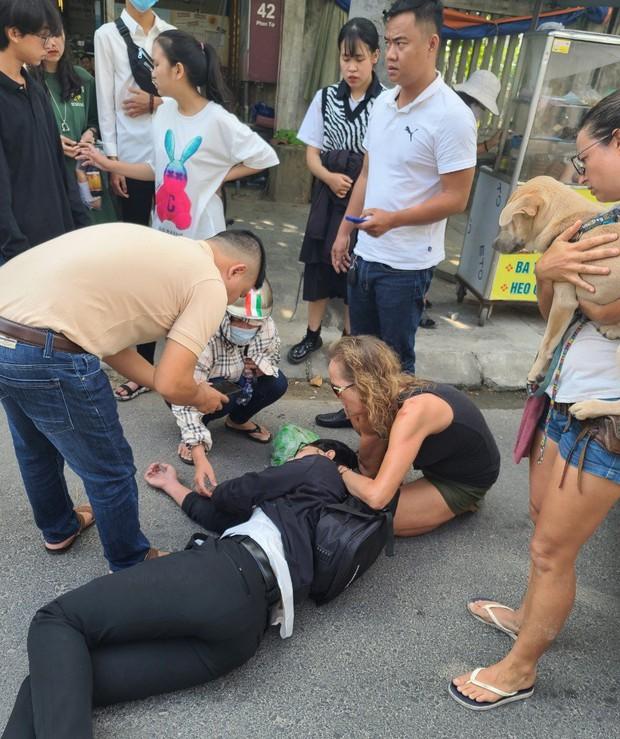 2 nữ du khách nước ngoài cứu giúp nam sinh viên bị tai nạn ở Đà Nẵng - Ảnh 1.