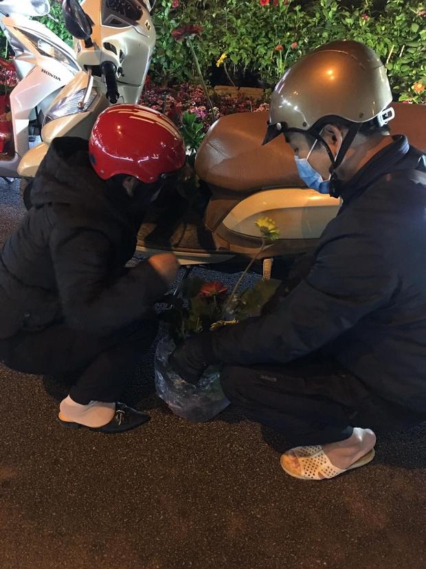 Xôn xao hình ảnh người dân tự ý lấy hoa trên đường hoa xuân Lạng Sơn: Cây còn tươi đẹp đã phá, thật kém văn minh - Ảnh 3.