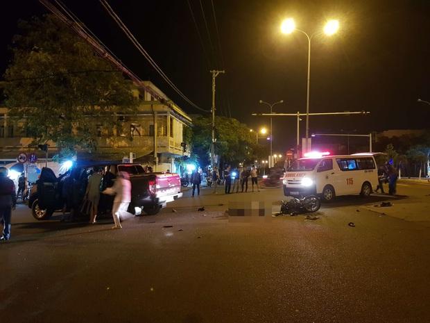 Xe máy va chạm với ô tô bán tải, 1 thanh niên chết thảm, 2 người nguy kịch - Ảnh 2.
