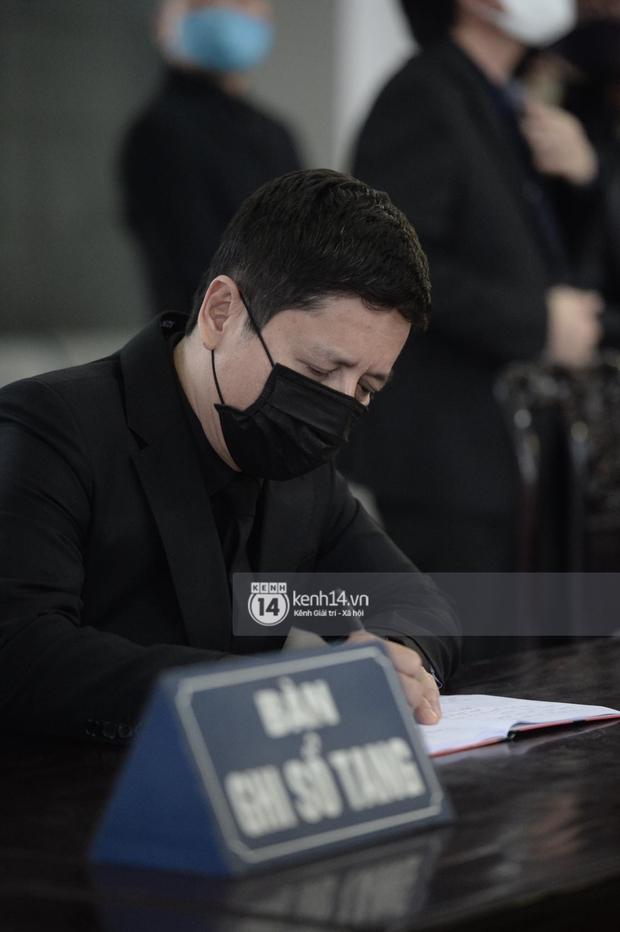Tang lễ cố NSND Trần Hạnh: Gia quyến bật khóc, NS Công Lý - Chí Trung và dàn nghệ sĩ ngậm ngùi tiễn biệt người quá cố - Ảnh 10.