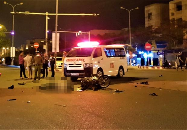 Xe máy va chạm với ô tô bán tải, 1 thanh niên chết thảm, 2 người nguy kịch - Ảnh 1.