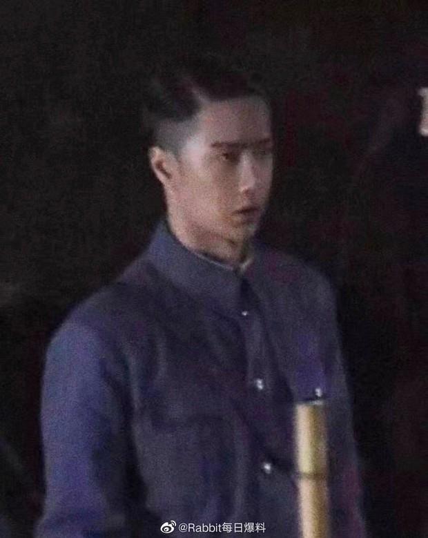 Vương Nhất Bác lột banh xác với đầu tóc vuốt keo óng mượt ở phim mới, fan nhìn lầm sang nhân vật Naruto lẫn Erik? - Ảnh 1.