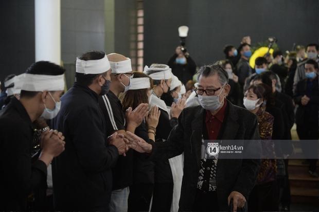 Tang lễ cố NSND Trần Hạnh: Gia quyến bật khóc, NS Công Lý - Chí Trung và dàn nghệ sĩ ngậm ngùi tiễn biệt người quá cố - Ảnh 12.
