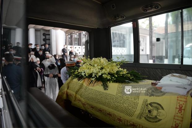 Tang lễ cố NSND Trần Hạnh: Gia quyến bật khóc, NS Công Lý - Chí Trung và dàn nghệ sĩ ngậm ngùi tiễn biệt người quá cố - Ảnh 6.