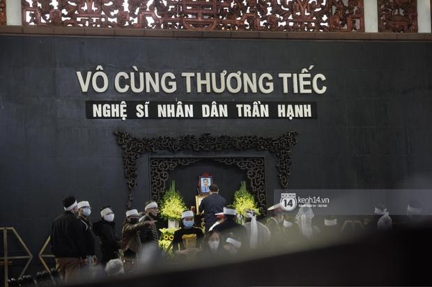 Tang lễ cố NSND Trần Hạnh: Gia quyến bật khóc, NS Công Lý - Chí Trung và dàn nghệ sĩ ngậm ngùi tiễn biệt người quá cố - Ảnh 23.
