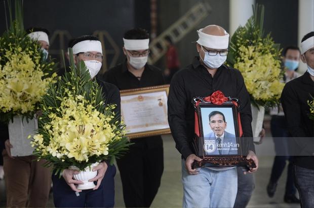 Tang lễ cố NSND Trần Hạnh: Gia quyến bật khóc, NS Công Lý - Chí Trung và dàn nghệ sĩ ngậm ngùi tiễn biệt người quá cố - Ảnh 2.