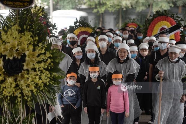 Tang lễ cố NSND Trần Hạnh: Gia quyến bật khóc, NS Công Lý - Chí Trung và dàn nghệ sĩ ngậm ngùi tiễn biệt người quá cố - Ảnh 16.