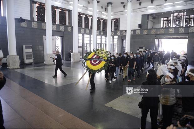 Tang lễ cố NSND Trần Hạnh: Gia quyến bật khóc, NS Công Lý - Chí Trung và dàn nghệ sĩ ngậm ngùi tiễn biệt người quá cố - Ảnh 11.