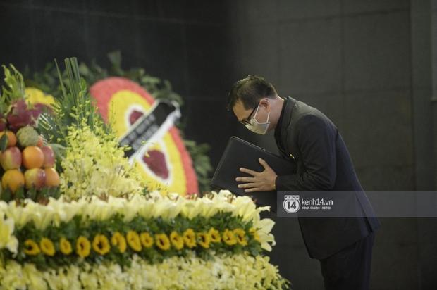 Tang lễ cố NSND Trần Hạnh: Gia quyến bật khóc, NS Công Lý - Chí Trung và dàn nghệ sĩ ngậm ngùi tiễn biệt người quá cố - Ảnh 7.