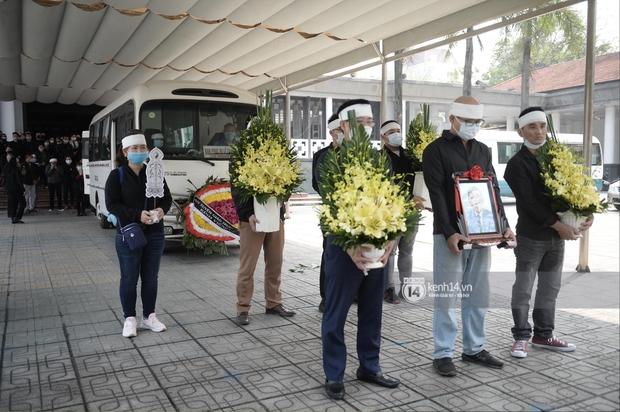 Tang lễ cố NSND Trần Hạnh: Gia quyến bật khóc, NS Công Lý - Chí Trung và dàn nghệ sĩ ngậm ngùi tiễn biệt người quá cố - Ảnh 4.