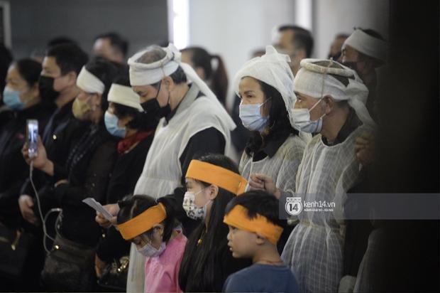 Tang lễ cố NSND Trần Hạnh: Gia quyến bật khóc, NS Công Lý - Chí Trung và dàn nghệ sĩ ngậm ngùi tiễn biệt người quá cố - Ảnh 8.