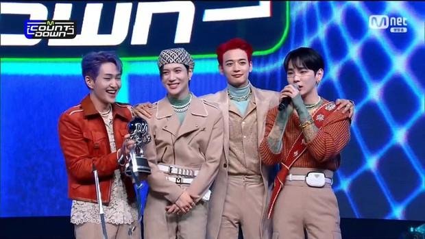 Key (SHINee) nghẹn ngào nói nhớ người anh quá cố Jonghyun trên sân khấu chiến thắng - Ảnh 2.