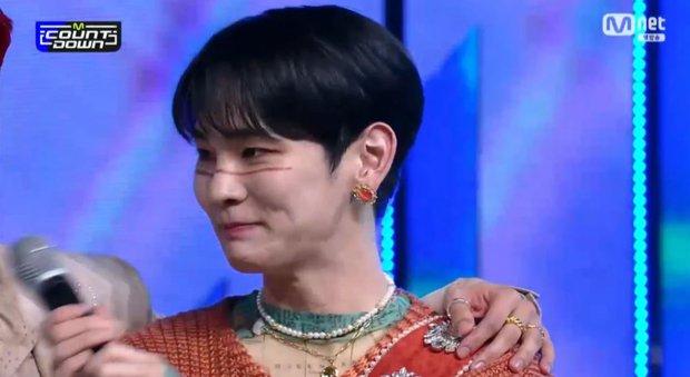 Key (SHINee) nghẹn ngào nói nhớ người anh quá cố Jonghyun trên sân khấu chiến thắng - Ảnh 4.