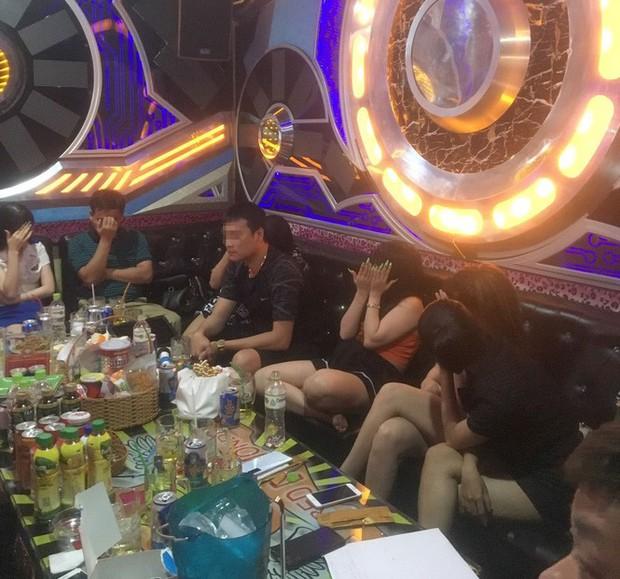 Phát hiện hơn 100 dân bay khi đột kích quán karaoke lúc nửa đêm - Ảnh 1.