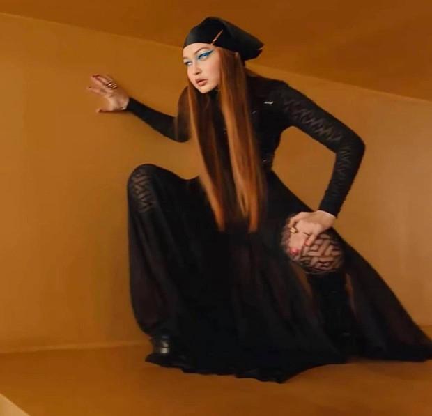 Mẹ bỉm hot nhất Hollywood Gigi Hadid trở lại ngỡ ngàng sau sinh: Visual đẹp ná thở, vòng 1 tròn đầy và eo nhỏ gây choáng - Ảnh 2.