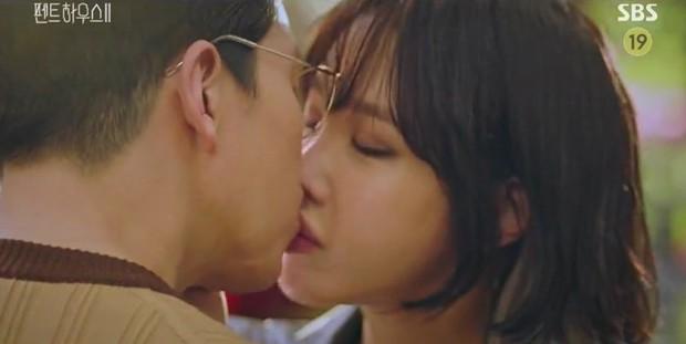 Chị đẹp Lee Ji Ah tái xuất, làm bad girl váy ngắn cưỡng hôn Ju Dan Tae trong Penthouse 2 - Ảnh 3.