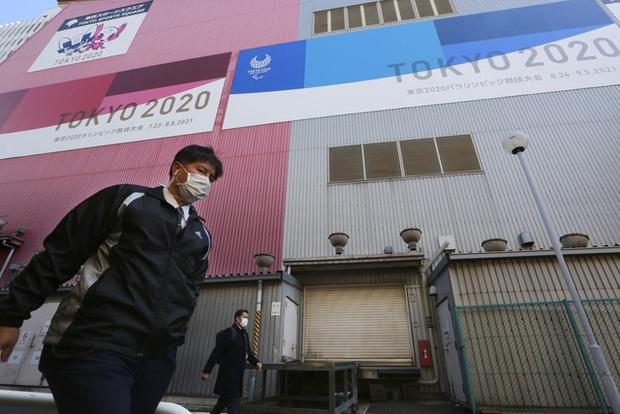Nhật Bản lần thứ 2 liên tiếp gia hạn tình trạng khẩn cấp ở Tokyo và 3 tỉnh lân cận - Ảnh 1.