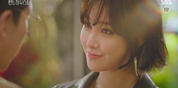 Chị đẹp Lee Ji Ah tái xuất, làm bad girl váy ngắn cưỡng hôn Ju Dan Tae trong Penthouse 2 - Ảnh 2.