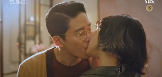 Chị đẹp Lee Ji Ah tái xuất, làm bad girl váy ngắn cưỡng hôn Ju Dan Tae trong Penthouse 2 - Ảnh 4.