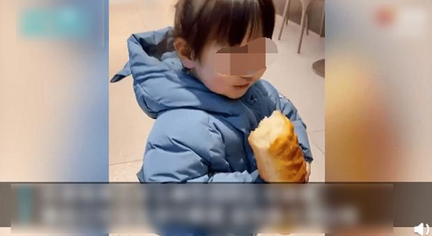 Phát hiện bé gái lén ăn vụng chiếc bánh mỳ trong cửa hàng, ông chủ quán chỉ nói đúng 1 câu nhưng ai cũng thầm khâm phục - Ảnh 3.