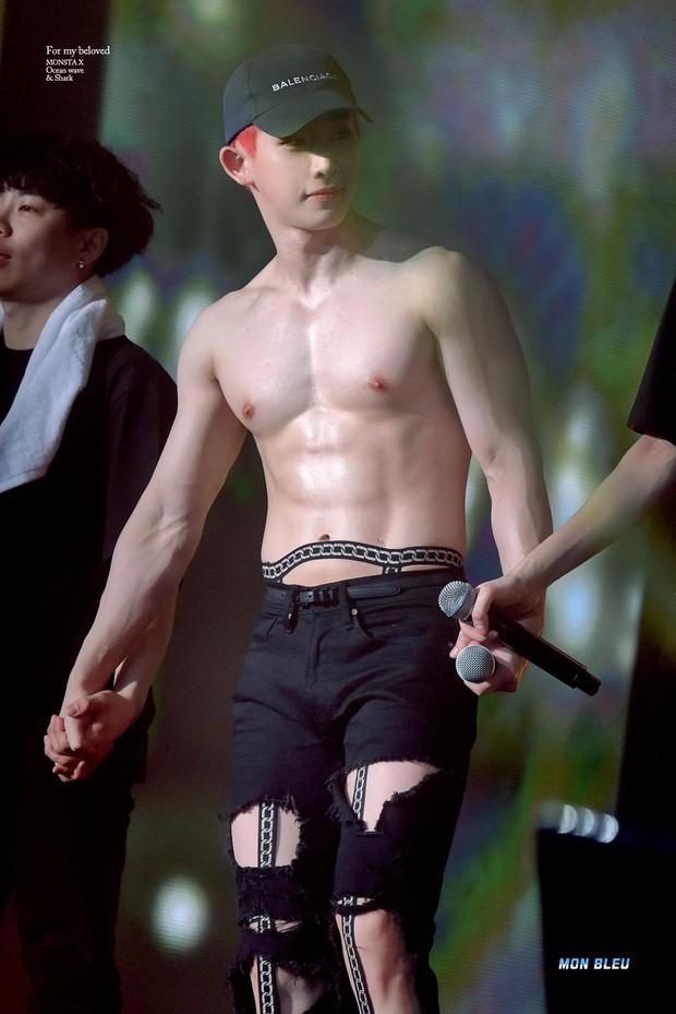 Lần đầu tiên có nam idol Kpop dám công khai khoe bàn toạ rõ rành rành, netizen chia 2 luồng ý kiến tranh cãi kịch liệt - Ảnh 6.