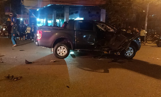 Xe máy va chạm với ô tô bán tải, 1 thanh niên chết thảm, 2 người nguy kịch - Ảnh 3.