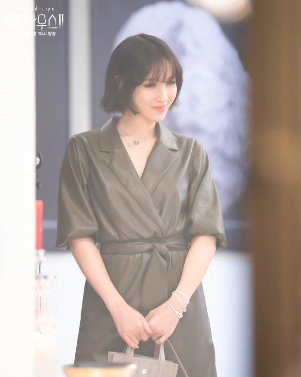 Bà cả Penthouse Lee Ji Ah gây sốc khi tái xuất bất ngờ, nhưng là sốc visual hàng loạt vì diện mạo mới lột xác đỉnh cao - Ảnh 4.