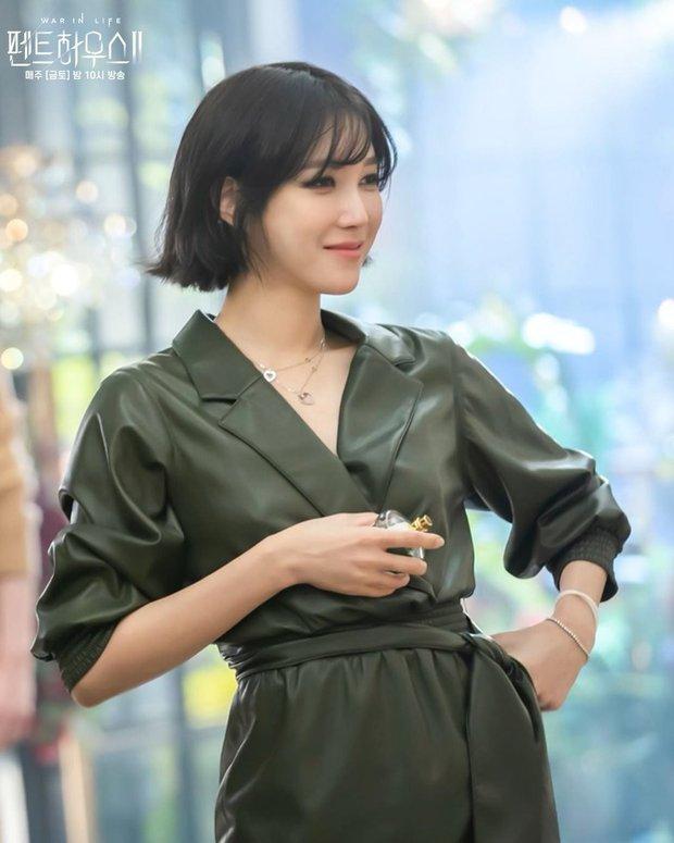 Bà cả Penthouse Lee Ji Ah gây sốc khi tái xuất bất ngờ, nhưng là sốc visual hàng loạt vì diện mạo mới lột xác đỉnh cao - Ảnh 2.