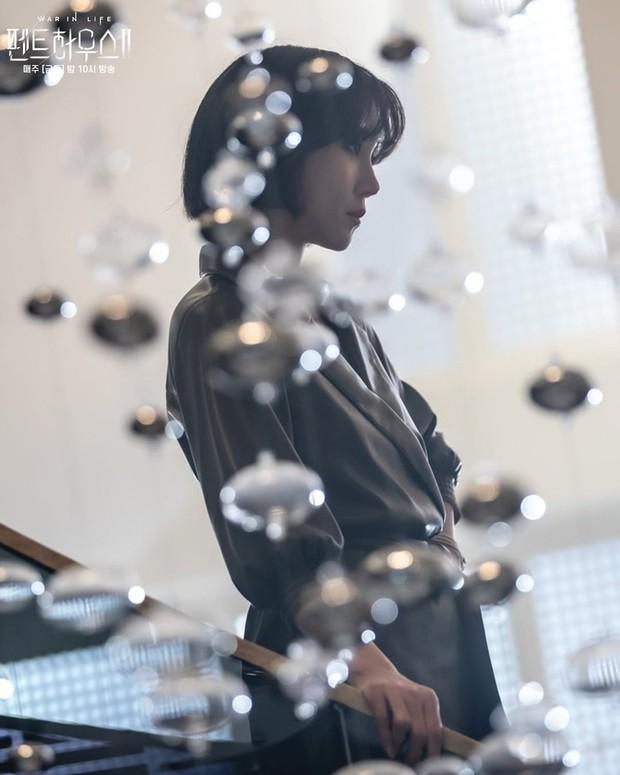 Bà cả Penthouse Lee Ji Ah gây sốc khi tái xuất bất ngờ, nhưng là sốc visual hàng loạt vì diện mạo mới lột xác đỉnh cao - Ảnh 5.