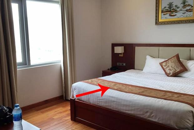 Nhiều cư dân mạng té ngửa vì từng dùng sai mục đích tấm khăn trải cuối giường trong các khách sạn - Ảnh 1.