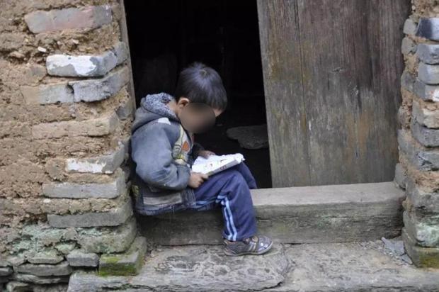 Thử làm gia đình quyền quý thời cổ đại, cặp đôi lừa trẻ em nghèo đến nhà làm người hầu, bắt quỳ thỉnh an thiếu gia, thiếu phu nhân như trong phim - Ảnh 1.