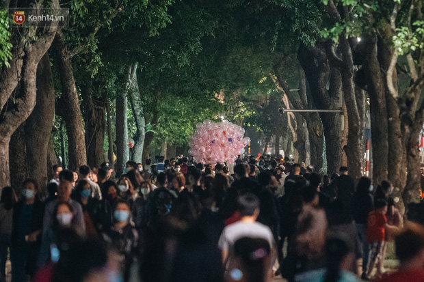Dân tình Hà Nội rộn ràng đi chơi 8/3 sớm: Quanh hồ Gươm đông nghịt, nhìn người ta nắm tay mà muốn nổ mắt - Ảnh 1.