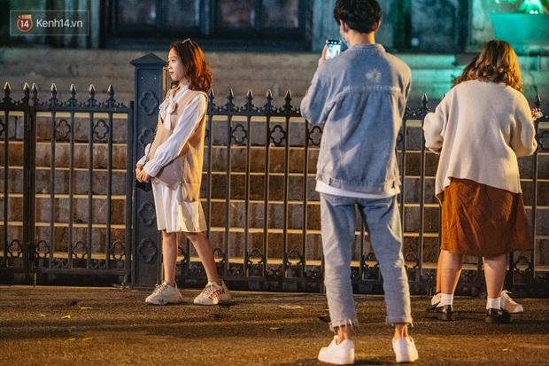 Dân tình Hà Nội rộn ràng đi chơi 8/3 sớm: Quanh hồ Gươm đông nghịt, nhìn người ta nắm tay mà muốn nổ mắt - Ảnh 5.