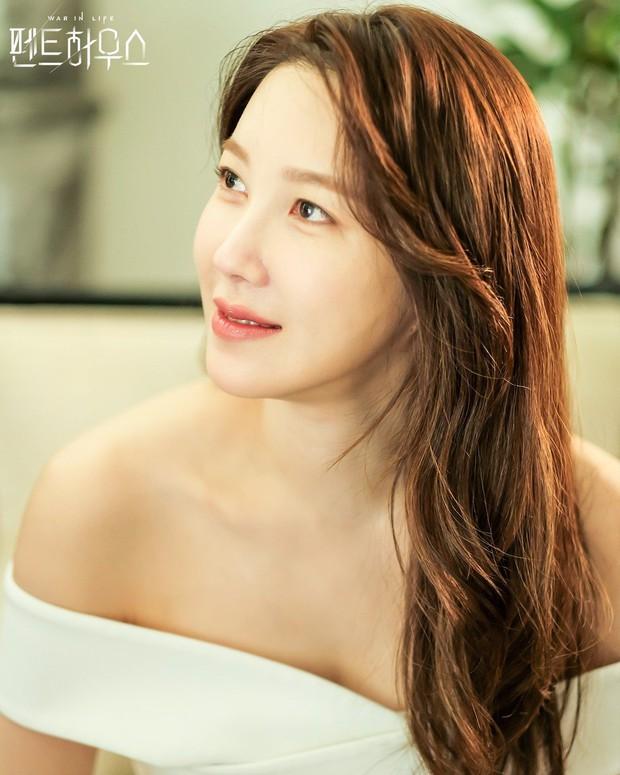 Bà cả Penthouse Lee Ji Ah gây sốc khi tái xuất bất ngờ, nhưng là sốc visual hàng loạt vì diện mạo mới lột xác đỉnh cao - Ảnh 7.