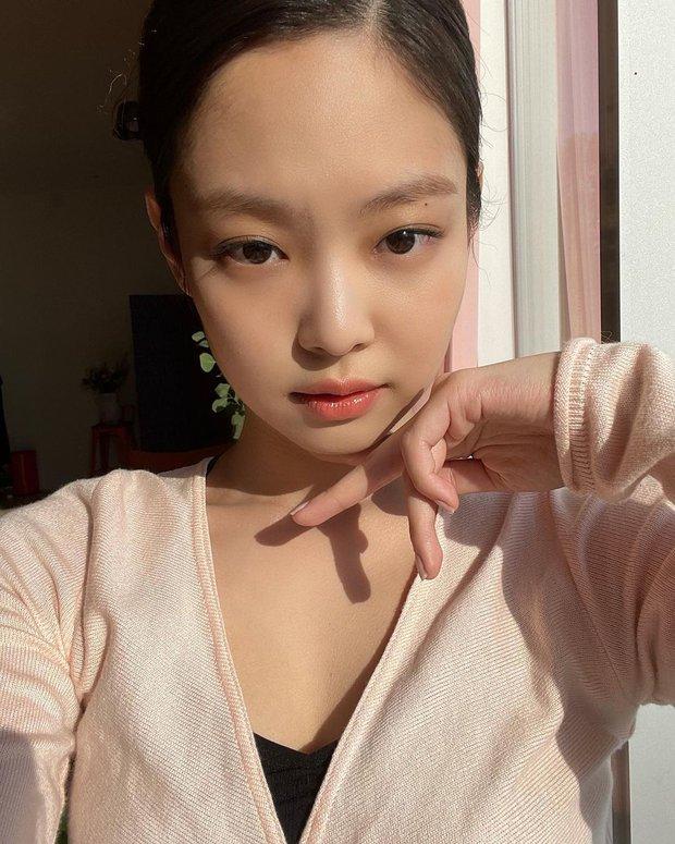 Jennie bung lụa trên Instagram sau tin hẹn hò G-Dragon: Mặt xinh hút hồn chưa hot bằng vòng 1 căng đầy ở hậu trường - Ảnh 2.