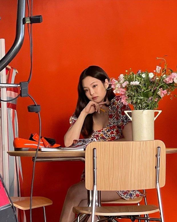 Jennie bung lụa trên Instagram sau tin hẹn hò G-Dragon: Mặt xinh hút hồn chưa hot bằng vòng 1 căng đầy ở hậu trường - Ảnh 3.