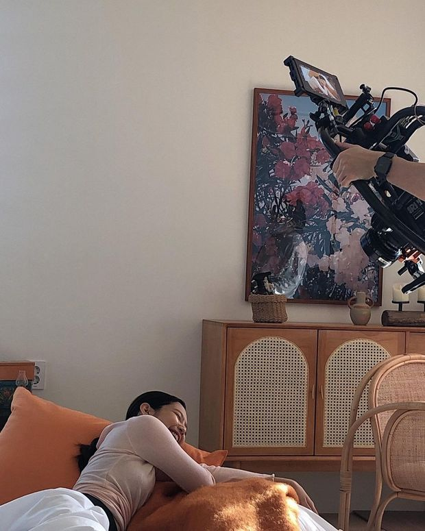 Jennie bung lụa trên Instagram sau tin hẹn hò G-Dragon: Mặt xinh hút hồn chưa hot bằng vòng 1 căng đầy ở hậu trường - Ảnh 7.