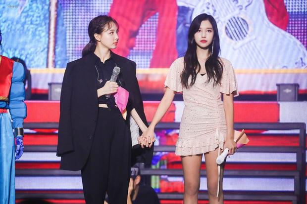 Jeongyeon lâu lắm mới lên sân khấu cùng TWICE, Nayeon có hành động trấn an lặng thầm vô cùng tinh tế - Ảnh 5.