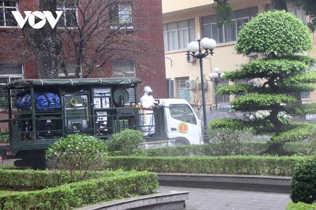Các trường Đại học ở Hà Nội thực hiện vệ sinh, khử khuẩn chuẩn bị đón sinh viên trở lại - Ảnh 2.