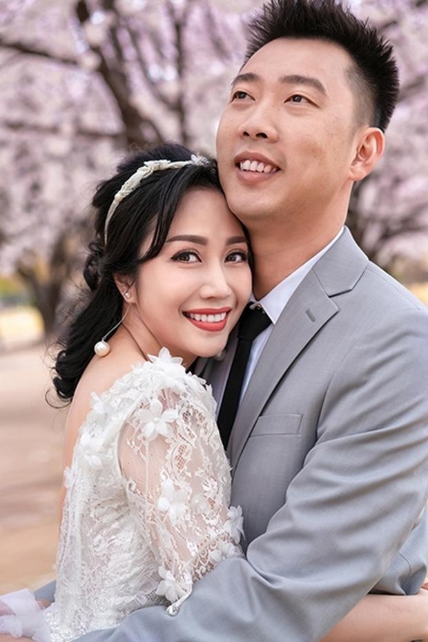Yêu nhau 22 năm, ông xã Trí Rùa vẫn quỳ gối nơi công cộng làm một điều khiến Ốc Thanh Vân thích thú cười tít mắt - Ảnh 5.
