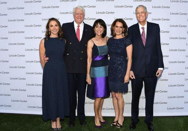 Hé lộ khối tài sản khủng của 5 gia tộc giàu nhất nước Mỹ - Ảnh 2.