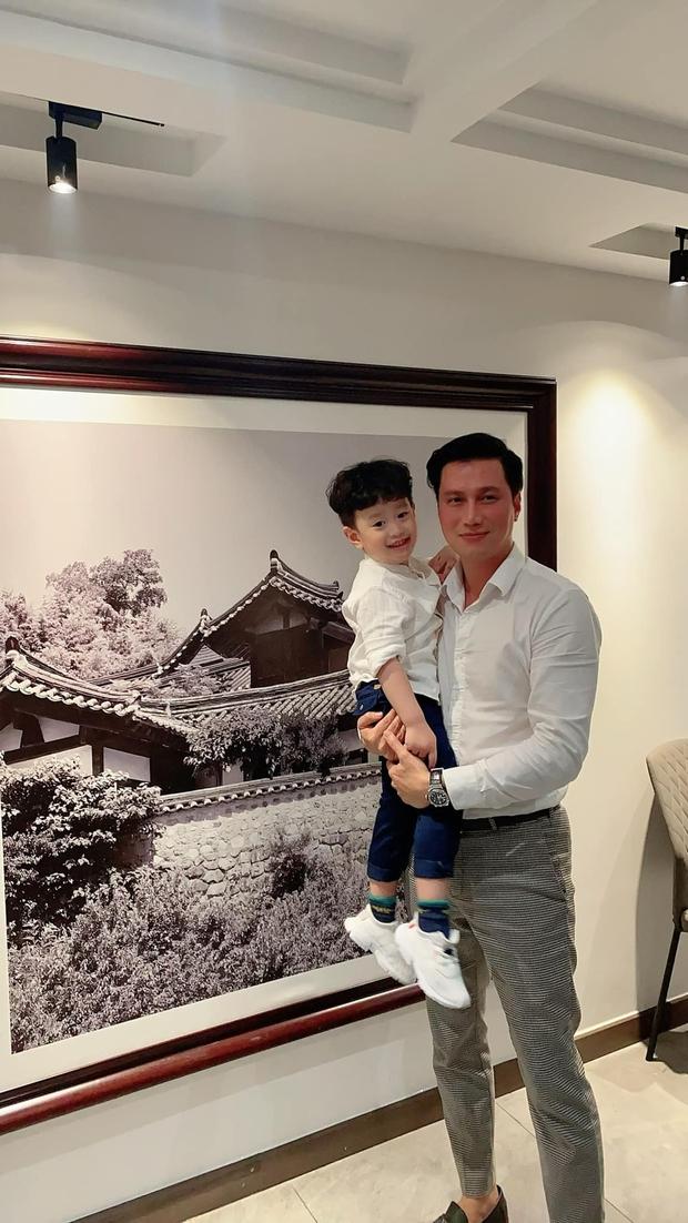 Việt Anh và vợ cũ hội ngộ mừng sinh nhật con trai, nhìn biểu cảm biết ngay tình trạng quan hệ sau ly hôn - Ảnh 2.