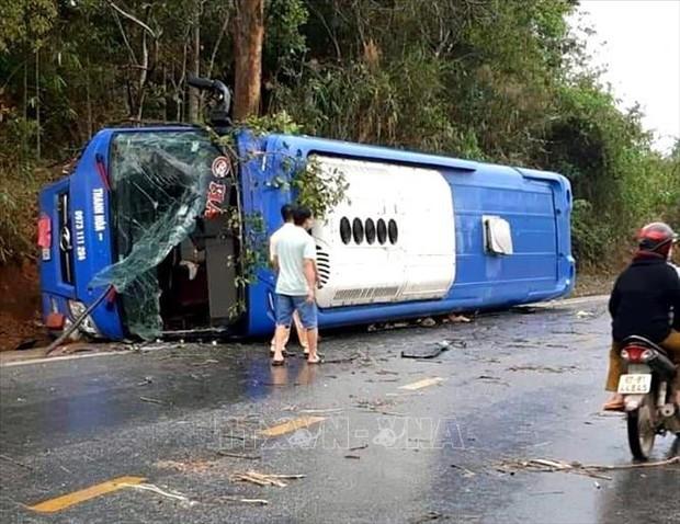 Lật xe khách tại Kon Tum khiến 19 người bị thương - Ảnh 1.